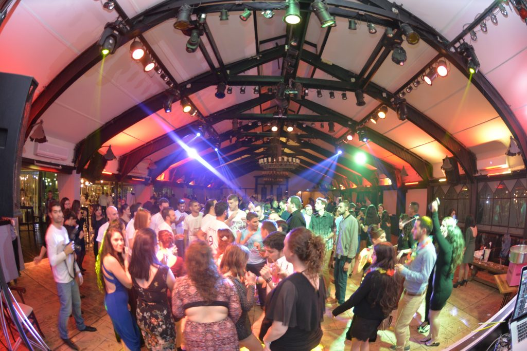 אורחים רוקדים לקצב המוזיקה