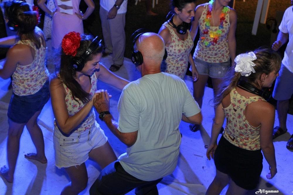אוזניות לשליטה מלאה על המסיבה